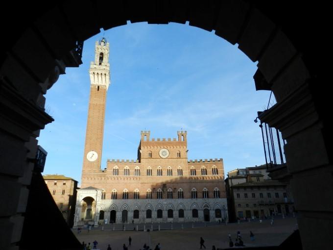 Palazzo Pubblico - Gotska mestna hiša je bila dokončana l.1342. Zvonik je visok 102 m in je drugi najvišji srednjeveški zvonik v Italiji.